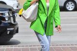 Dieser Look beweist, dass in Heidi Klum eine echte Fashionista steckt: Auf den ersten Blick wirkt das Outfit des Topmodels business-like, auf den zweiten Blick ist esvor allem eins: mega trendy. Zu verdanken hat Heidi das zum einen den weißen Boots, diemittlerweile zur Grundausstattung jedes Modeprofisgehören, und zum anderen dem Blazer in Neongrün, der im Frühling 2021 ein fulminantes Trend-Revival feiert.