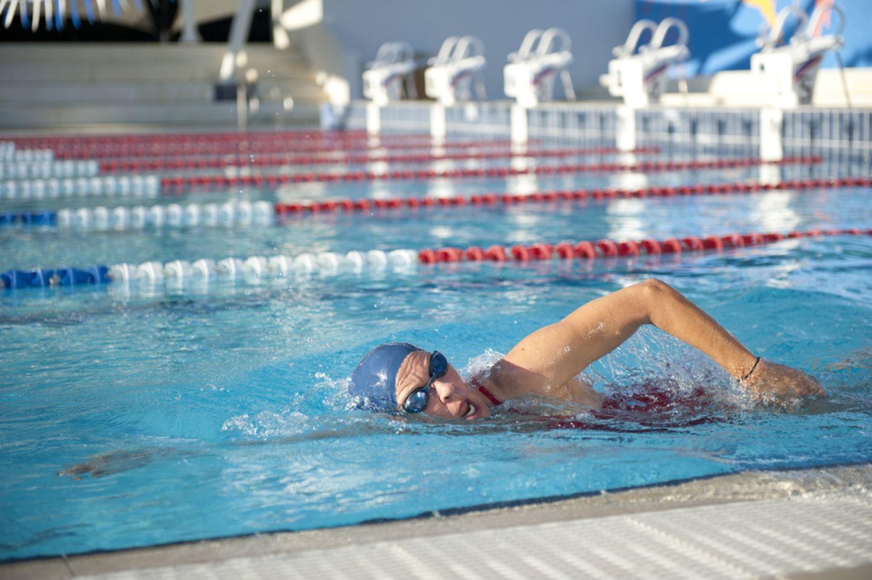 Bewegung ab 60: Schwimmende Frau