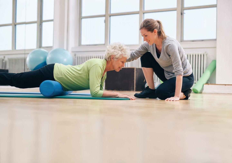 Bewegung ab 60: Frau beim Training