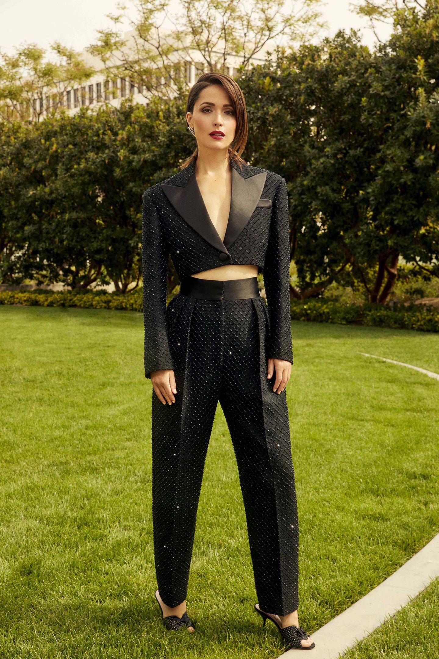 Wow – was für ein Look. Rose Byrne entscheidet sich gegen eine klassische Robe und für einen eleganten Hosenanzug mit modernen Twist von Miu Miu. Dazu trägt sie Schmuck von Messika.