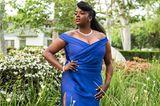 """Wer braucht schon einen Red-Carpet? Wunmi Mosaku, nominiert als """"Beste Hauptdarstellerin"""", macht in ihrem blauen Glamour-Look mit Beinschlitz Wow-Dekolleté von Alberta Ferretti auch im Blumen-Garten eine tolle Figur."""