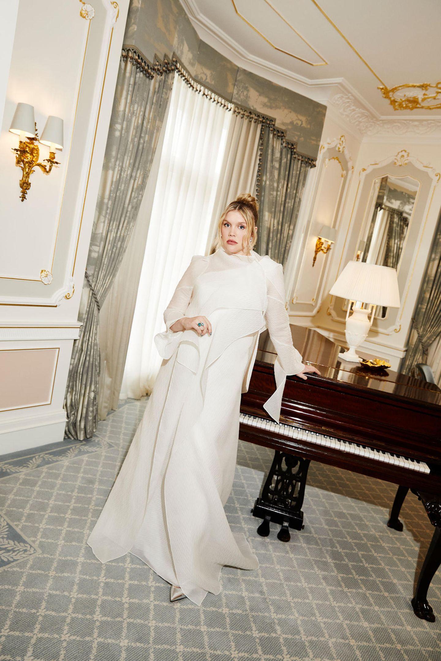Einen Style-Traum in Weiß von Roland Mouret präsentiert Schauspielerin, Drehbuchautorin und Regisseurin und jetzt zweifache BAFTA-Gewinnerin Emerald Fennell.