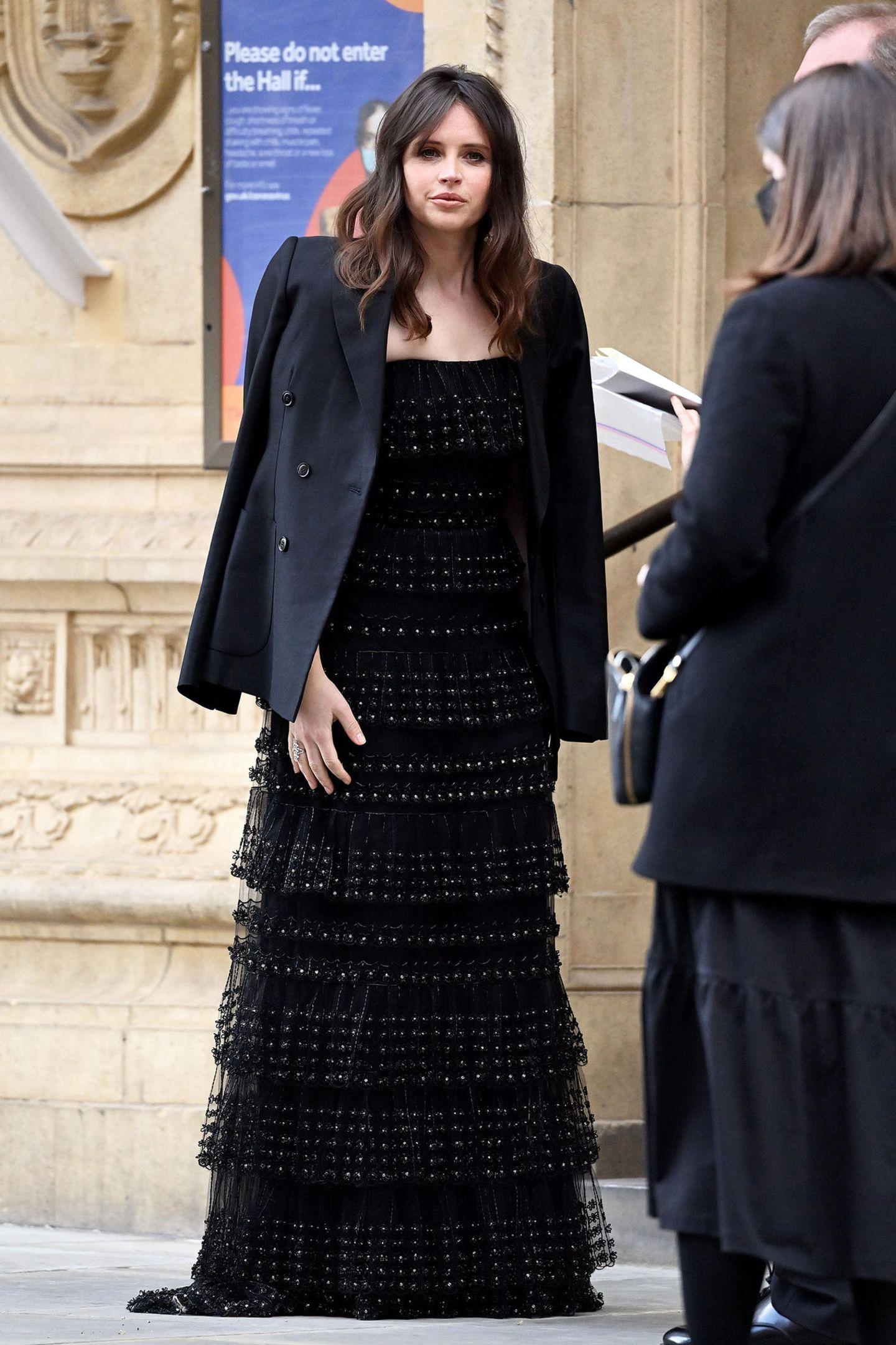 Felicity Jonesbegeistert bei den BAFTAs im stylischenVolants-Look von Valentino.