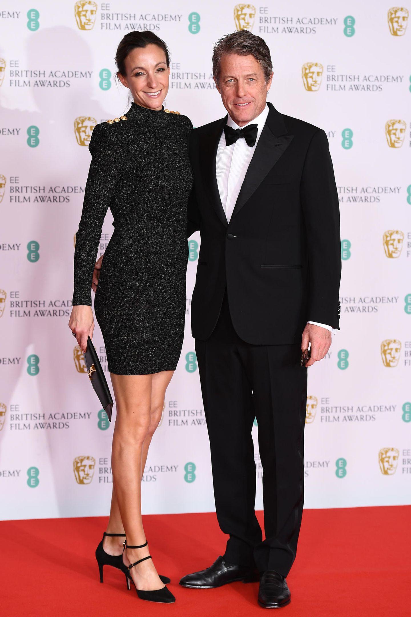 Hugh Grant und seineFrauAnna Elisabet Eberstein haben sich gegen auffällige Farben und für einen eleganten Look in Schwarz entschieden.