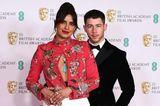 Priyanka Chopra verzückt uns in einem floral besticktenEnsemble des spanischen Designers Pertegaz, kombiniert mit passenden Schmuckstücken von Bulgari. Ihr Mann Nick, Sänger Jonas, setzt hingegen auf den klassischen Smoking mit Fliege.
