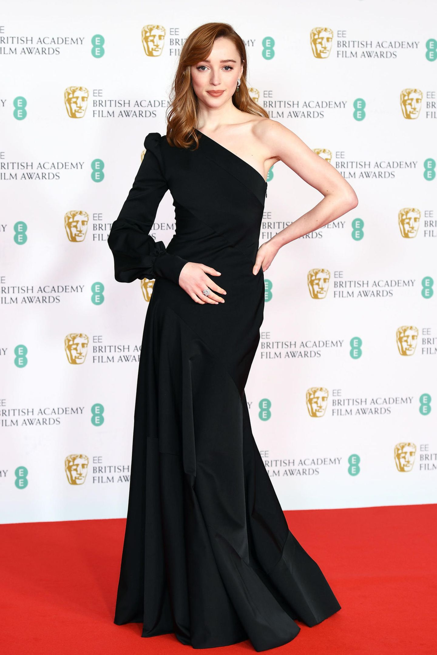 Sie ist der Shootingstar 2021 – Bridgerton hat Pheobe Dynevor über Nacht zum Star gemacht. Für ihren Auftritt als BAFTA-Präsentatorin in der Royal Albert Hallhat sie sich mit einemOne-Shoulder-Look von Louis Vuittonin Schale geworfen.