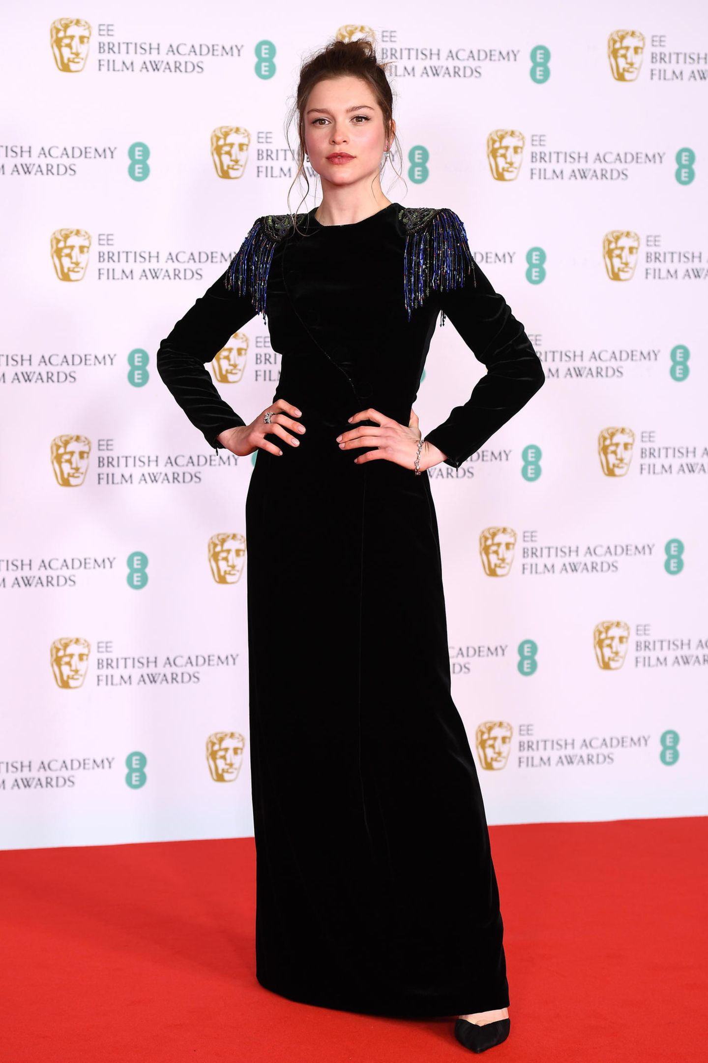 In einem eleganten Samt-Look von Giorgio Armani mit Fransen-Details an der Schulter macht Schauspielerin Sophie Cookson auf dem roten Teppich der Veranstaltung einen tollen Eindruck.