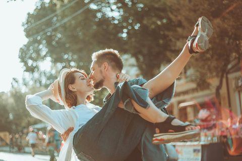 Ritter-Syndrom: Mann trägt Frau auf Händen