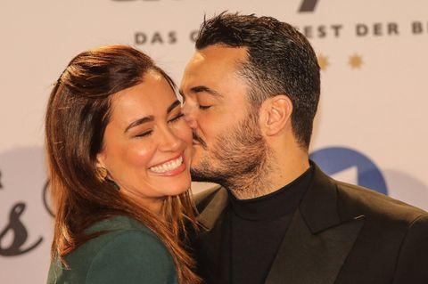 Giovanni + Jana Ina Zarella: 17 Jahre Beziehung - sie feiern ihre Liebe: Giovanni küsst Jana Ina auf die Wange