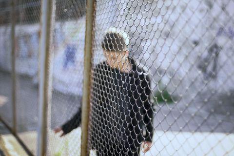Quarantäne gebrochen: Junge hinter Zaun