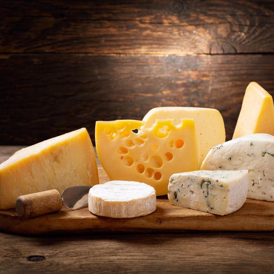 Käse in der Schwangerschaft: Verschiedene Käsesorten liegen auf einem Holzbrett