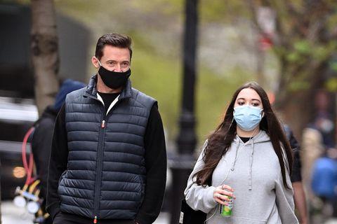 Ava geht ihrem berühmten Vater Hugh Jackman schon bis zur Schulter. Beim Papa-Tochter-Spaziergang in New York fällt auf: Die 15-Jährige ist ganz schön erwachsen geworden.