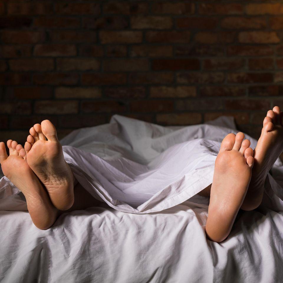 Beziehung: Ein Paar liegt nebeneinander im Bett