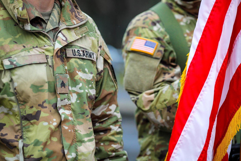Ein Oberfeldwebel: Zwei Männer der US-Army in Uniform mit Flagge der USA
