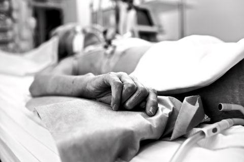 Wenige Tage nach der Impfung infiziert: Älterer Mensch am Krankenbett
