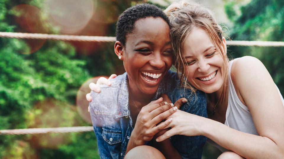 Horoskop: Zwei fröhliche Freundinnen