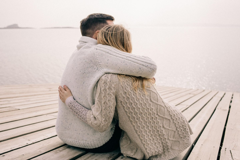 Blame-shifting: Paar umarmt sich