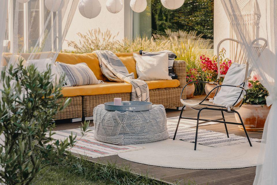 Garten dekorieren: Terrasse mit Möbeln und Textilien