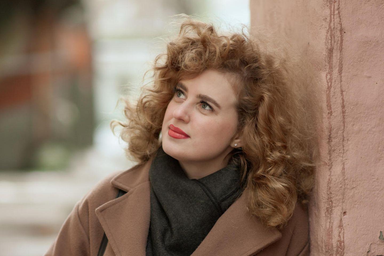 Psychologie: Eine nachdenkliche Frau lehnt an einer Wand