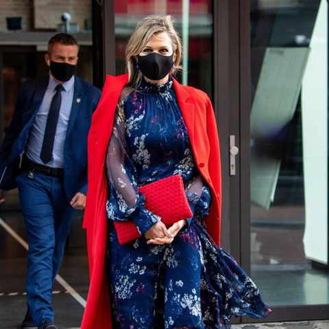 Wenn es um ihre Outfits geht, weiß Königin Máxima ganz genau, auf welche Teile sie setzen kann. Immer öfter greift sie zu alten Bekannten aus ihrem Kleiderschrank. So trägt die Königin der Niederlande beim Besuch des Interntionaal Theaters in Amsterdam einen Mantel von Natancouture und kombiniert ihn - anders als vor ein paar Wochen - mit einem floralen Kleid der gleichen Marke. Auch in den spitzen Pumps von Gianvito Rossi hat man sie schon öfter gesehen.