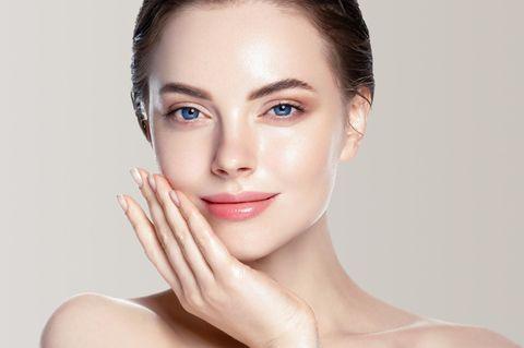 Enzympeeling: junge Frau mit reiner Haut, strahlend schöne Haut