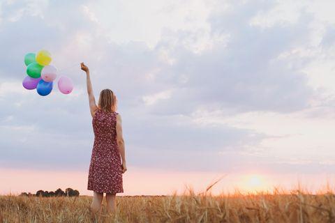 Horoskop: Eine Frau mit Ballons