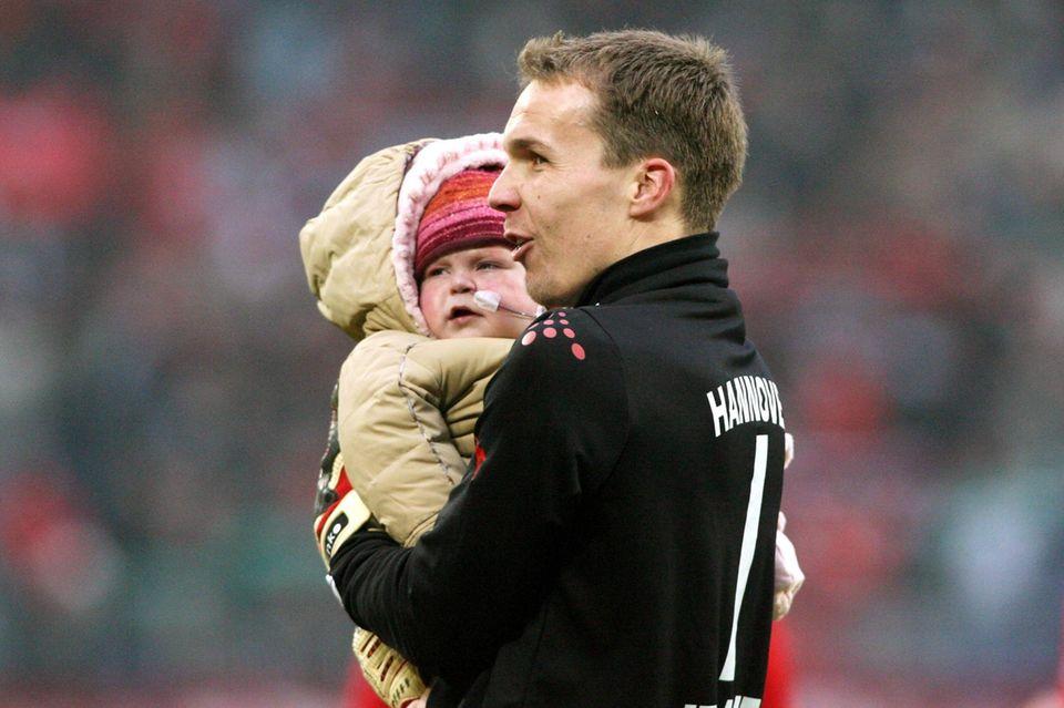 Robert Enke mit seiner herzkranken Tochter auf dem Arm im Stadion seines Vereins Hannover 96. Lara starb 2006 im Alter von zwei Jahren an einem angeborenen Herzfehler.