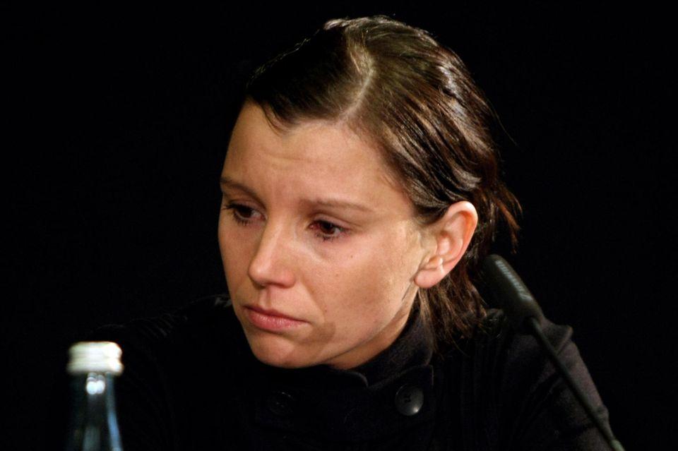 Am 11. November 2009, einen Tag nachdem Selbstmord von Robert Enke, macht Teresa Enke die Depression ihres Mannes während einer bewegenden Pressekonferenz öffentlich.