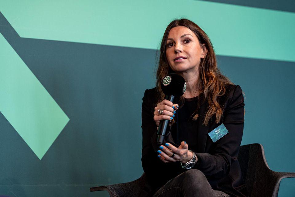 Im Januar 2010 gründet Teresa Enke die Robert-Enke-Stiftung. Seitdem setzt sie sich für die Erforschung und Behandlung von Depressionen sowie Herzerkrankungen bei Kindern ein.