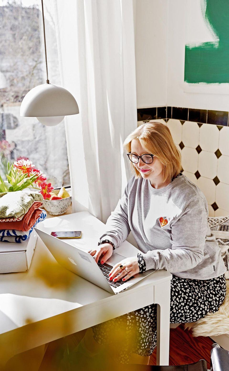 Kleidung kombinieren: Sina am Laptop