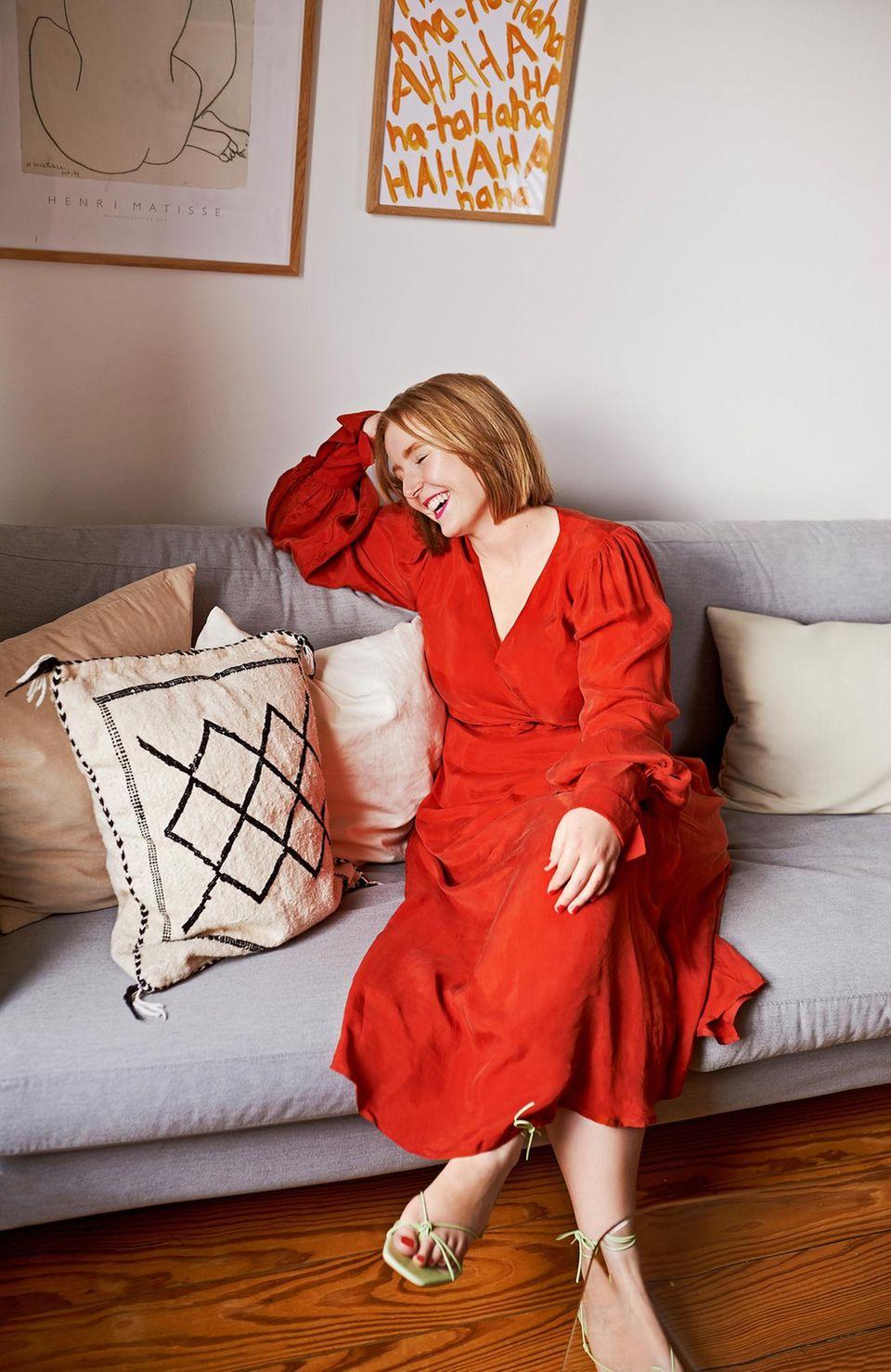 Kleidung kombinieren: Sina auf Sofa