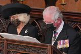 """Am schwarzen Mantelkleid von Herzogin Camilla steckt eine silberne Brosche in Form eines Signalhorns. Die sogenannte """"Rifles""""-Brosche steht für ein Armee-Regiment, zu dem Prinz Philip fast 70 Jahre lang eine enge Verbindung pflege und dessen Colonel-of-Chief-Titel er erst letztes Jahr an die Frau von Prinz Charles weitergab."""