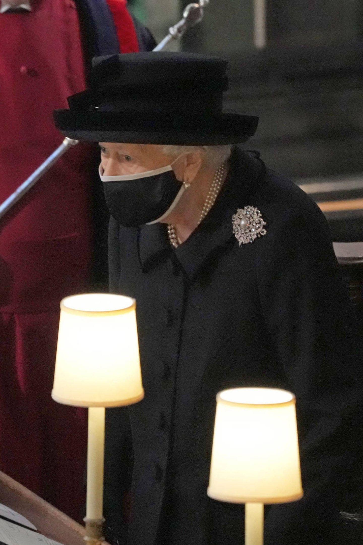 """Am Mantel der Queen ist die bedeutungsvolle """"Richmond""""-Brosche angesteckt. Mary, die Großmutter der Queen,hatte sie zur Hochzeit geschenkt bekommen und später an ihre Enkelin vererbt."""