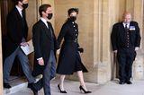 Prinzessin Beatrice erscheint in einem schwarzen Mantel von Valentino mit goldenen Knöpfen.