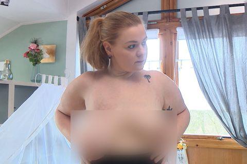 Frau mit unterschiedlichen Körbchengrößen