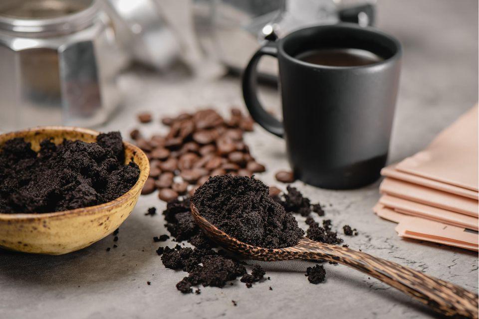 Kaffeesatz verwenden: Kaffeesatz, Kaffeetasse und Kaffeebohnen