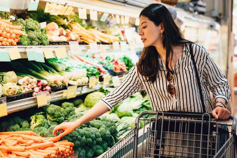 Corona-Folge: Frau im Supermarkt