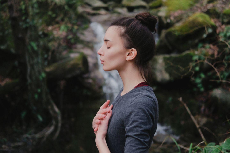 Richtig atmen: Frau atmet tief ein
