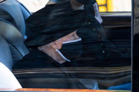 Queen Elizabeth: Sie wird ihren Geburtstag ohne die Familie verbringen: Queen Elizabeth mit Maske im Auto