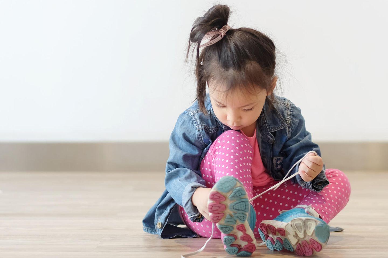 Schuh-Trick: Kleines Kind bindet sich die Schuhe