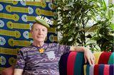 One Hundred Years: Mann sitzt auf Couch