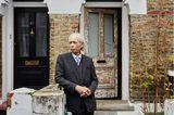 One Hundred Years: Mann steht vor Haus