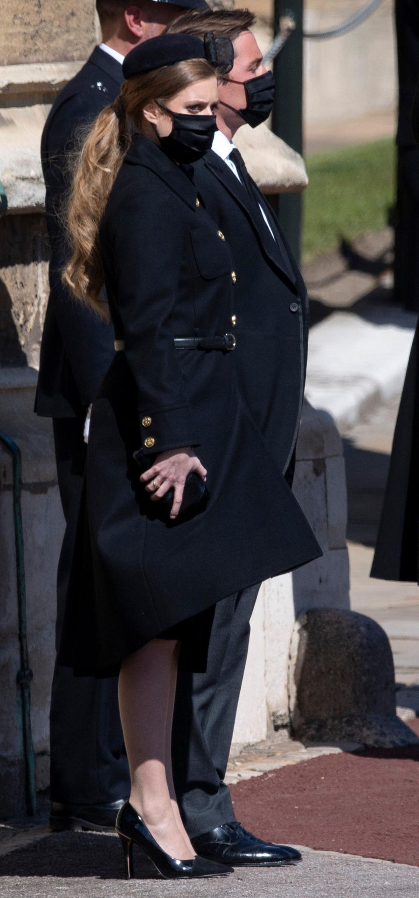 Für dieTrauerfeier ihresverstorbenen Großvaters Prinz Philip (†99) setzt Prinzessin Beatrice auf einelegantes Outfit. Das eigentliche Highlight ihres Looks ist aber der tief gebundenePferdeschwanz, der deutlich zeigt,dass die Haare der Royal in den vergangenen Monaten etliche Zentimeter dazugewonnen haben. Ihre rote Mähne reicht Beatrice nun bis zur Taille.