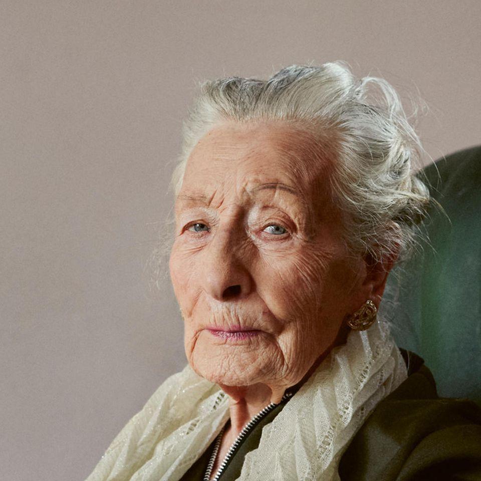 One Hundred Years: Portrait von Frau