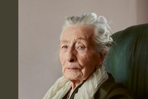 One Hundred Years: Portrait von Frau