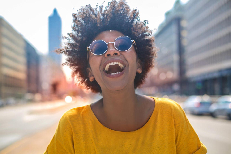 Horoskop: Eine Frau lacht