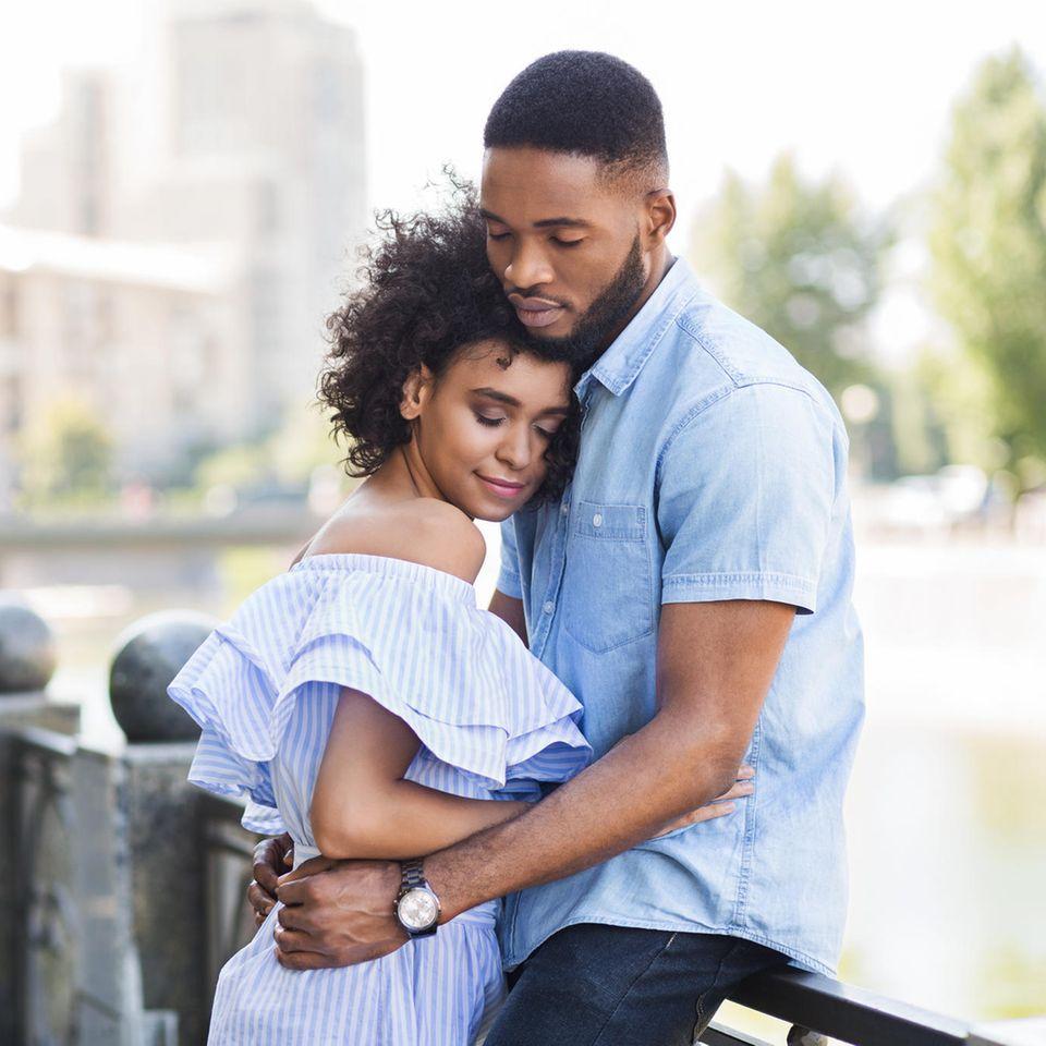 5 unrealistische Erwartungen: Glückliches Paar umarmt sich
