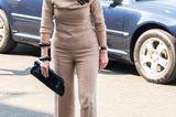 Königin Máxima bleibt ihrem Stil treu und greift für einen Besuchder Reinigungsfirma CSU in Uden zu einem Look in all beige. Die hautenge Hose sowie das schmal geschnittene Top setzen die Figur der niederländischen Königin dabei toll in Szene.