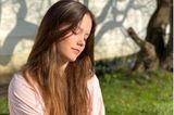 Prinzessin Isabellafeiert ihren 14. Geburtstag und das dänische Königshaus veröffentlicht neue Porträts der ältesten Tochter von Prinzessin Mary und Prinz Frederik. In einer rosa-weiß-gestreiften Bluse und mit offenem Haar sitzt sie im sonnigen Garten von Schloss Fredensborg. Geknipst hat die Fotos Mama Mary.
