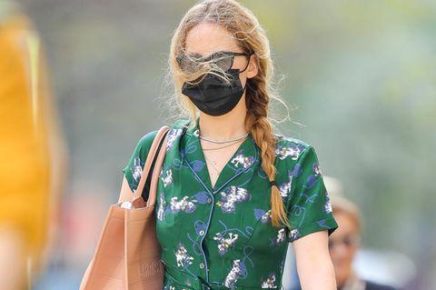 Jennifer Lawrencezeigt sich nach Monaten wieder öffentlich und trägt ein grandioses Outfit. Was man erst bei näherer Betrachtung sieht, ihr Hemdkleid hat einen Katzenprint – kein gewöhnliches Muster. Mit ihrem locker geflochtenen Zopf und beigefarbener Dior Tasche wird ein runder Sommerlook draus.